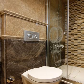 Natuursteen tegels toilet